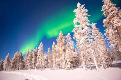 skier sous les aurores boreales